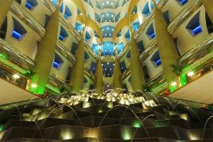 Khách không thể qua cửa an ninh của khách sạn Burj al Arab nếu họ không ở lại trong khách sạn này hoặc đặt chỗ trước tại một trong các nhà hàng của khách sạn.