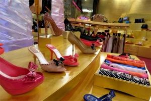 Phụ nữ ở Dubai mê đồ hiệu. Không hiếm những phụ nữ ở đây đi những đôi giày hiệu lấp lánh bên dưới lớp áo choàng trùm kín từ đầu đến chân.