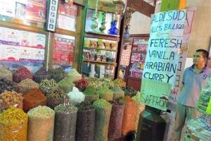 Một cửa hàng gia vị và hương liệu trong chợ truyền thống ở Dubai.