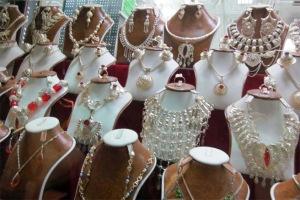 Trong khu chợ này cũng không thiếu những món trang sức lấp lánh được bày bán.