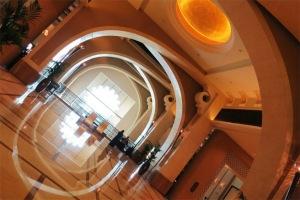 Khách sạn Fairmont The Palm với sảnh chính giống như của một cung điện Arab.