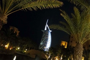 Một trong những biểu tượng của Dubai là khách sạn 7 sao duy nhất trên thế giới có tên Burj al Arab. Khách sạn này có hình một cánh buồm.