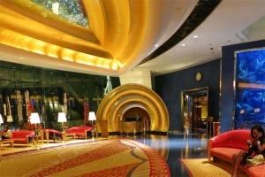 Đây là một trong những khách sạn đắt nhất thế giới, với phòng Royal Suite có giá 18.776 USD/đêm.